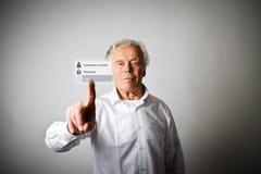 L'uomo anziano sta spingendo il bottone virtuale Concep di parola d'ordine e di connessione Fotografia Stock