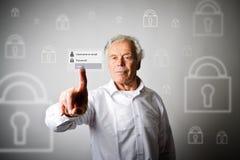 L'uomo anziano sta spingendo il bottone virtuale Concep di parola d'ordine e di connessione Immagini Stock