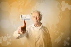 L'uomo anziano sta spingendo il bottone virtuale Concep di parola d'ordine e di connessione Immagini Stock Libere da Diritti