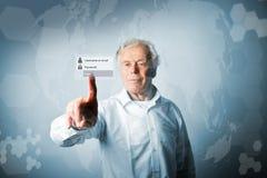 L'uomo anziano sta spingendo il bottone virtuale Concep di parola d'ordine e di connessione Fotografia Stock Libera da Diritti