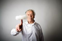 L'uomo anziano sta spingendo la nuvola virtuale Fotografia Stock