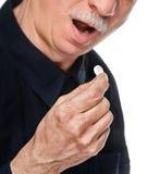 L'uomo anziano vuole catturare una pillola Immagini Stock Libere da Diritti
