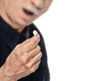L'uomo anziano vuole catturare una pillola Fotografia Stock Libera da Diritti