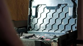 L'uomo apre la cassetta portautensili con lo strumento video d archivio