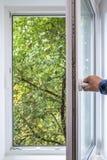 L'uomo apre la finestra del PVC Fotografie Stock Libere da Diritti