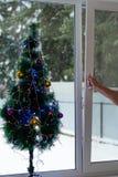 L'uomo apre la finestra di Natale fotografie stock