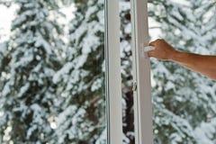 L'uomo apre la finestra di plastica fotografie stock libere da diritti