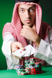 L'uomo arabo che gioca nel casinò Fotografia Stock Libera da Diritti