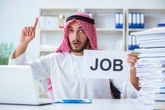 L'uomo arabo che si siede allo scrittorio con il messaggio Fotografia Stock