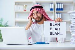 L'uomo arabo che si siede allo scrittorio con il messaggio Immagine Stock