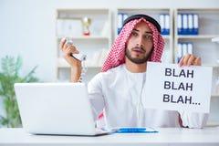 L'uomo arabo che si siede allo scrittorio con il messaggio Fotografie Stock Libere da Diritti