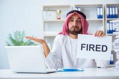 L'uomo arabo che si siede allo scrittorio con il messaggio Fotografia Stock Libera da Diritti