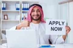 L'uomo arabo che si siede allo scrittorio con il messaggio Immagine Stock Libera da Diritti