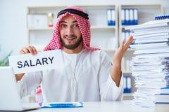 L'uomo arabo che si siede allo scrittorio con il messaggio Fotografie Stock