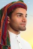 L'uomo arabo osserva fuori in grande aspettativa immagini stock libere da diritti