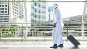 L'uomo arabo porta una valigia alla città di affari Fotografia Stock