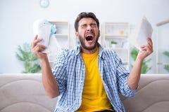 L'uomo arrabbiato alle fatture che deve pagare Fotografie Stock Libere da Diritti