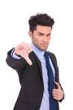 L'uomo arrabbiato di affari che miking i pollici giù gesture Immagine Stock