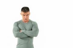 L'uomo arrabbiato e pericoloso muscolare in camicia stretta con lo sguardo spaventoso nel suo osserva Fotografie Stock