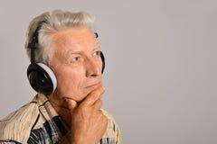 L'uomo ascolta musica Immagini Stock Libere da Diritti