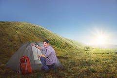 L'uomo asiatico attraente del viaggiatore ha installato una tenda Fotografia Stock Libera da Diritti