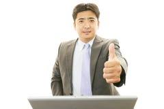 L'uomo asiatico di affari che mostra i pollici aumenta il segno Fotografie Stock Libere da Diritti