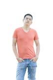 L'uomo asiatico sta stando sul fondo bianco Fotografia Stock Libera da Diritti