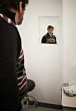 L'uomo aspetta il medico Fotografie Stock