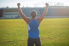 L'uomo atletico è felice ed esultanza allo stadio Fotografie Stock