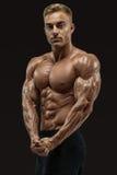 L'uomo atletico con il forte ABS ed il centro muscles Fotografia Stock