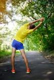 L'uomo atletico fa l'allungamento nel parco Fotografia Stock Libera da Diritti