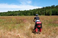 L'uomo attivo su un mountain bike guida con Immagini Stock