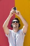 L'uomo attraente con le cuffie fa il selfie Fotografia Stock