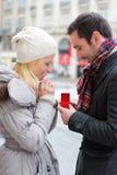 L'uomo attraente giovane propone il matrimonio al suo amore Fotografie Stock Libere da Diritti