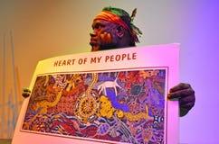 L'uomo australiano indigeno spiega circa il significativo della a fotografia stock libera da diritti