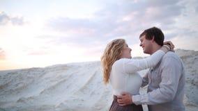 L'uomo bacia e solletica la spiaggia del fondo della ragazza video d archivio