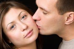 L'uomo bacia la giovane donna. Fotografia Stock Libera da Diritti