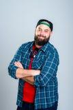 L'uomo barbuto con il berretto da baseball sta sorridendo Fotografia Stock
