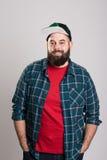 L'uomo barbuto con il berretto da baseball sta sorridendo Fotografia Stock Libera da Diritti
