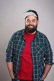 L'uomo barbuto con il berretto da baseball sta sorridendo Fotografie Stock