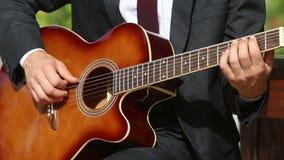 l'uomo barbuto gioca la chitarra in cerchi differenti video d archivio