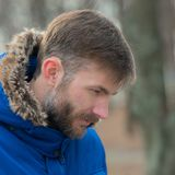 L'uomo barbuto guarda giù Uomo barbuto Uomo del ritratto osservare Nella sosta della città Fotografie Stock