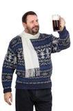 L'uomo barbuto in maglione tiene la pinta corpulenta Fotografie Stock Libere da Diritti