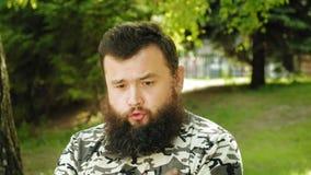 L'uomo barbuto maturo descrive le emozioni all'aperto Estate archivi video