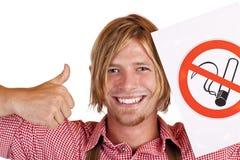 L'uomo bavarese felice conviene alla nessun-fumare-regola Fotografia Stock