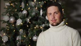 L'uomo bello adulto è albero di Natale e sorridere decorato vicino diritto video d archivio