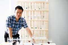 L'uomo bello asiatico sta prendendo una foto in un negozio del pesce fotografia stock libera da diritti
