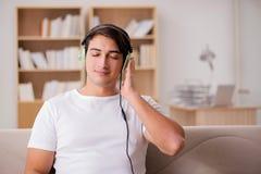 L'uomo bello che ascolta la musica Immagine Stock