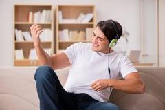 L'uomo bello che ascolta la musica Fotografia Stock Libera da Diritti