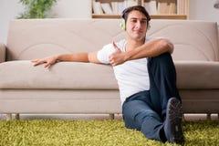 L'uomo bello che ascolta la musica Fotografie Stock Libere da Diritti
